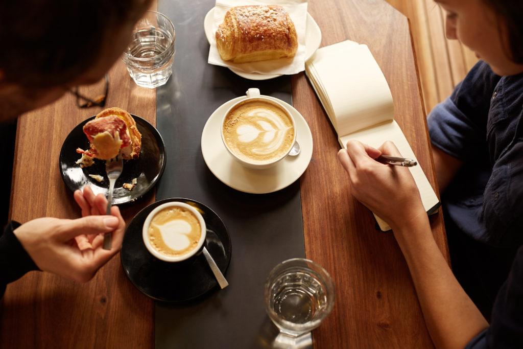 個人カフェ経営をするときの定休日や営業時間はどう決めればいい?